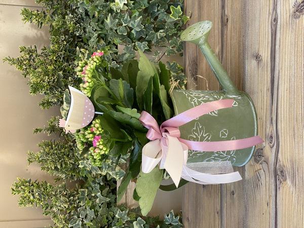 Immagine di Innaffiatoio con pianta grassa rosa
